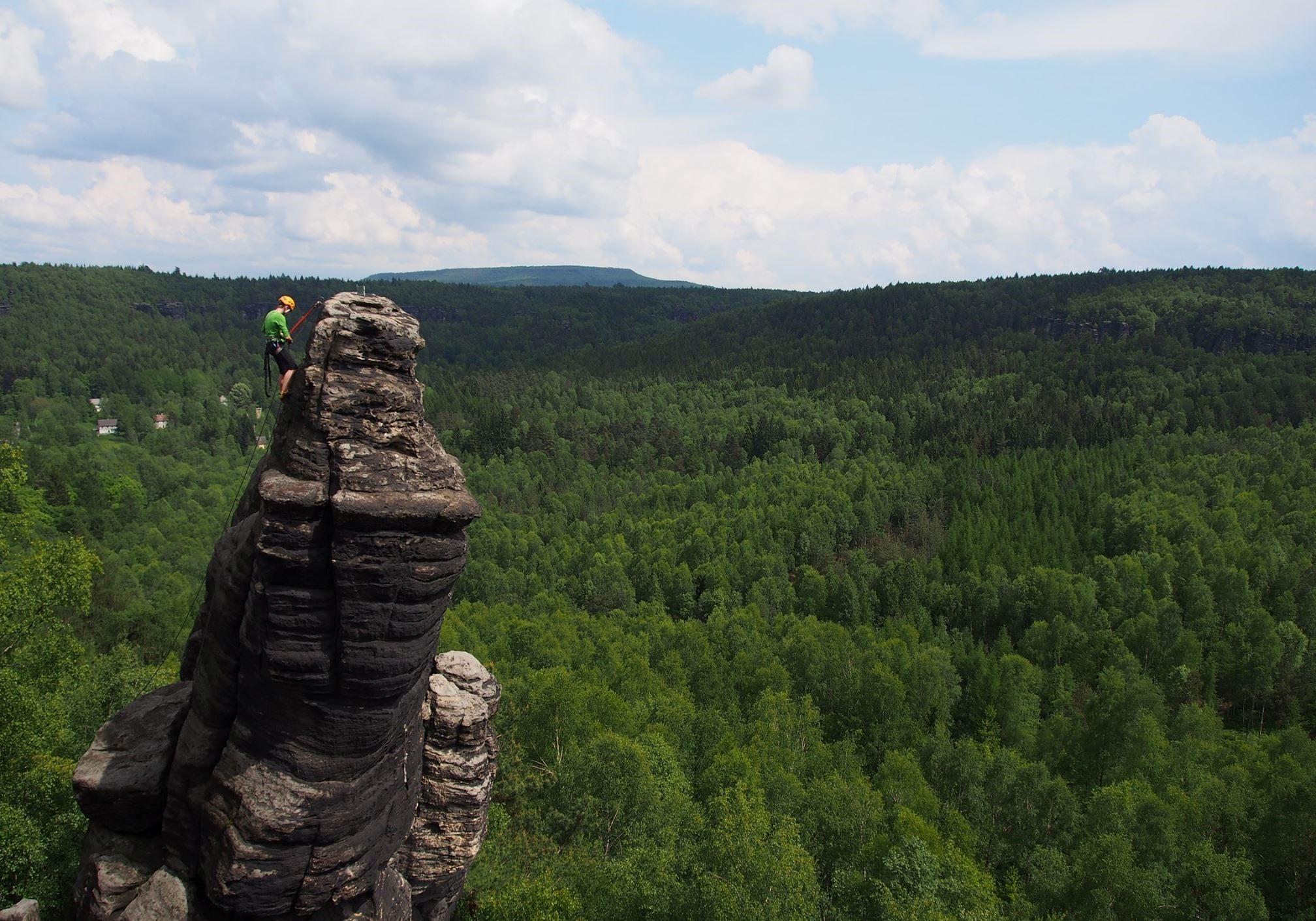 Aktivita 2 - Seznámení s pískovcovým lezením včetně výuky zakládání smyček a metodiky v okolí Tiských skal